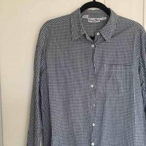 Rutig blå/vit skjorta köpt secondhand💙🤍 Det finns ett jack i sidorna som visas på (bild 3). Storleken framgår inte riktigt men jag (173 cm) skulle säga att den sitter som en liten L. Lite frakt tillkommer.