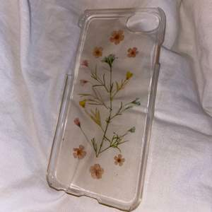 ett genomskinligt iPhone skal med jättefina och söta blommor på! passar till iPhone 6-8! det är hård plast och har ett bra grepp så man inte tappr sin telefon. säljer detta för att jag har en ny telefon och det passar inte. 💞💞 (pris inkl. frakt!))))