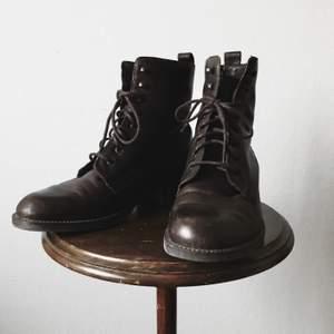 Klassiska kängor i mörkbrun färg, från Ecco. Har själv köpt dem second hand och dessvärre bara kunnat bära dem en dag då de inte passade min fot. Strålande skick och skorna kommer bara bli snyggare med tiden då det är riktigt läder!