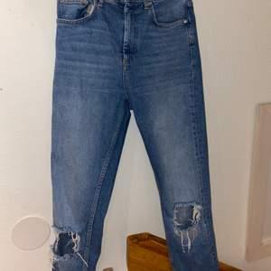 Ett par fult fungerande jeans från Gina! Lite långa på mig som är 165cm. Sitter tagit vid låren och lösare vid vaden, hälen! Bra skick! Frakt tillkommer 🚚 ( kolla gärna in andra inlägg av mig 😊💕)
