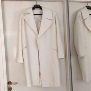 Jättefin kappa ifrån asos i cream vit. Strlk 38! Frakt tillkommer☀️