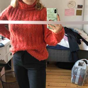 Super skön röd stickad tröja från H&M, säljer eftersom den inte kommer till användning🌟 passar mig som brukar kunna ha xs/s men passar även större eftersom den är stretchig