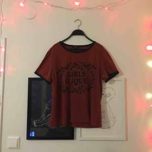 Roströd t-shirt från Monki med mörkblåa detaljer, knappt använd🌻
