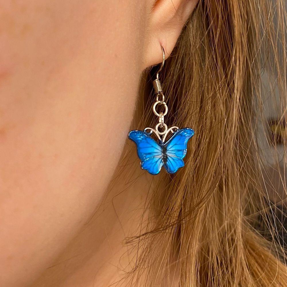 Vackra örhängen med en fin fjärilsberlock. Öronkroken är nickelfri och i äkta mässing. Välj själv vilken färg & modell du vill ha på berlocken av de som finns på bilden. De är helt nya/oanvända och ca 3cm stora. ———————————————————————————————Endast 59kr/paret eller 3 för 139kr med inräknad frakt, skickar alltid postbevis! 📮 Skriv till mig om du vill köpa 🥰. Accessoarer.