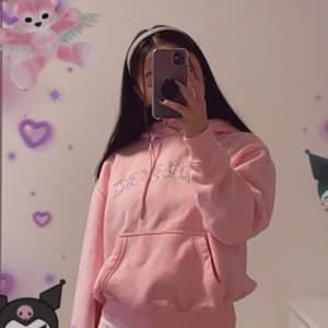 Säljer två stycken likadana jättefina rosa hoodies med text i rhinestones från hidden cult då jag har två stycken💞 Frakt tillkommer på 105kr:)