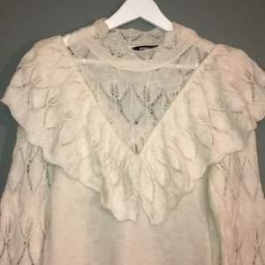 Créme vit tröja från Ginatricot. Använd 1 gång. Snygg volang och figursydd modell. Köpare står för frakt!