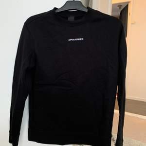 Svart sweatshirt, sparsamt använd och i bra skick! Passar en S. Frakt tillkommer
