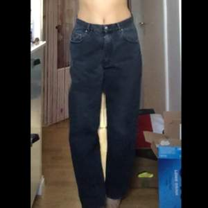 pösiga gråa jeans. jag är 170 och de går ner till marken på mig 🥰
