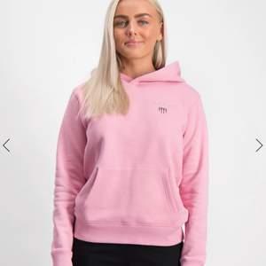 Jag säljer denna rosa Gant hoodien, den är köpt för 800kr och jag säljer den för endast 299kr💕 Den har två jättesmå hål på ryggen och två lite större som inte syns bakom luvan. Buda gärna i kommentarerna eller skriv privat till mig💕