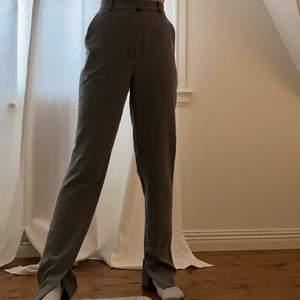 super snygga raka gråa byxor med slits😍😍 super bra skick! modellen på bilden är 165cm lång!