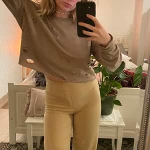 säljer en brun sweatshirt med hål i från Bikbok 🤎🤎