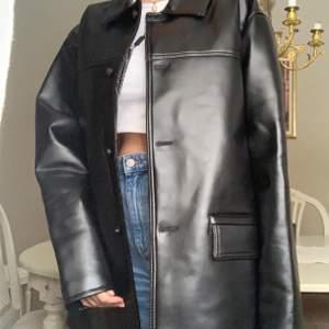(OBS LÅNAD BILD)-helt ny med prislapp kvar! Säljer denna jackan som jag precis köpte på plick, kände inte riktigt att det var min stil: köpte för 300kr inkl frakt💕 ledande bud: 300 inkl frakt!