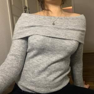 Aldrig använd! Mysig och fin stickad off shoulder tröja i Storlek S, 100kr + frakt🤎