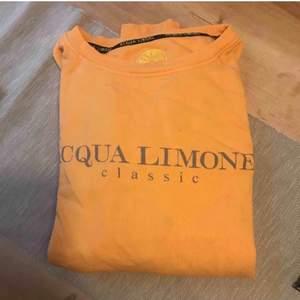 Super fin aqua limone tröja i fint skick! Inga skador eller fläckar. Väldigt fin färg och super fin och skön att ha på sig. Storlek S men passar även M! 400kr och frakten ingår i priset, pris kan diskuteras!🥰