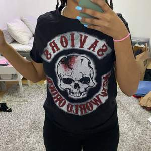 En svart the walking dead t-shirt. Ser ut som ny, skulle säga att den sitter mer som en S än en M💞💞