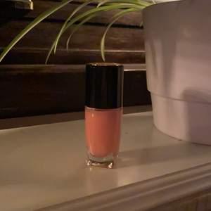 Ett supersnyggt och oanvänt nagellack i rosa från Lancome. Säljer då jag inte använder nagellack. Nypris: 230kr. Säljes för 80kr, frakt tillkommer ✨💖