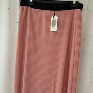 Super fin kjol från Jyothi! 🤩Aldrig använd pgr av att jag köpte fel stolek. Nypris 199, mitt pris 150, pgr av att den aldrig är använd!☺️ köparen står för frakt