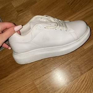 Vita skor från Nelly, storlek 36/37, använda men inga fel på dom