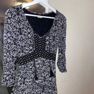 Jätte fin klänning från hollister, väl använd därav priset! Är tyvärr lite för kort för mig men passar annars.🖤 frakten ingår inte🖤