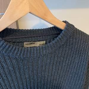En fin grå tröja från pull&bear, använd några få gånger, säljer pga att jag rensar min garderob. ordinarie pris: 249kr Storlek:s Hör av er vid intresse eller för mer bilder♡  Pris är exklusive frakt. Frakt kostar 44kr