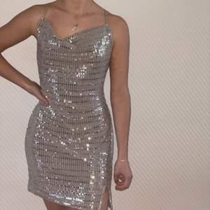Säljer denna festklännig från HM. Använd 1 gång. Strl XS.