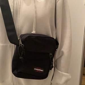 EASTPAK väska, svart och knappt använd. Betalning sker via swish:)