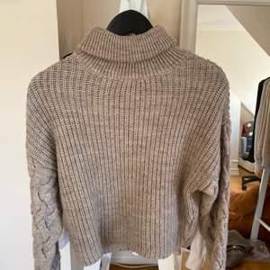Säljer denna stickade tröjan för den kommer inte till användning! Är jätte fin och är i fint skick. Passar xs-s.🥰 Priset kan diskuteras vid snabb affär och frakten ingår inte❤️