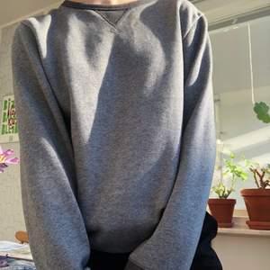Väldigt skön Grå sweatshirt som passar xs-m beroende på hur man vill att den ska sitta! Jag är s  ungefär, fraktar gratis !!🤍