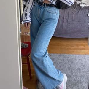 här är ett par fina wide jeans. Dom är bra i längden på mig som är 172 och lite för stora i midjan och jag har 36 i byxor. Ganska använda men ändå i bra skick. Ny pris 500kr