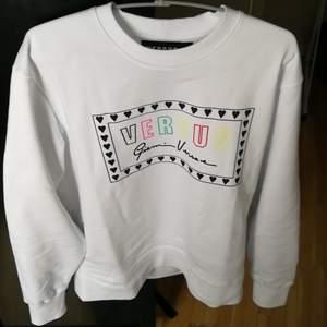 Nyköpt Versace sweatshirt med strl M.