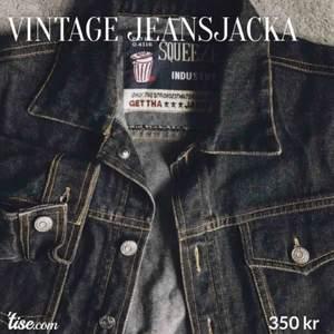 Svart jeans jacka i vintage stil. Perfekt skick! Storlek: S. Köparen står för frakt!