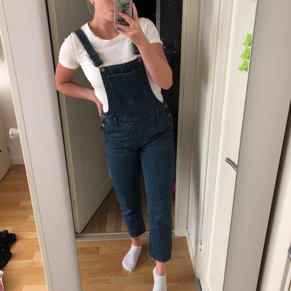 Säljer mina älskade hängselbyxor pga har inte kommit till användning på länge. Dem är i mycket bra skick. Dem har uppknäppa ta knappar på sidorna för att lätt komma i dem. (Jag är 170). Jeans & Byxor.