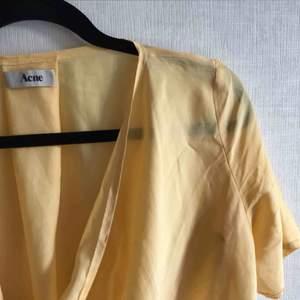 Topp/t-shirt från acne som tyvärr aldrig kommer till användning. Köpare står för frakt<3