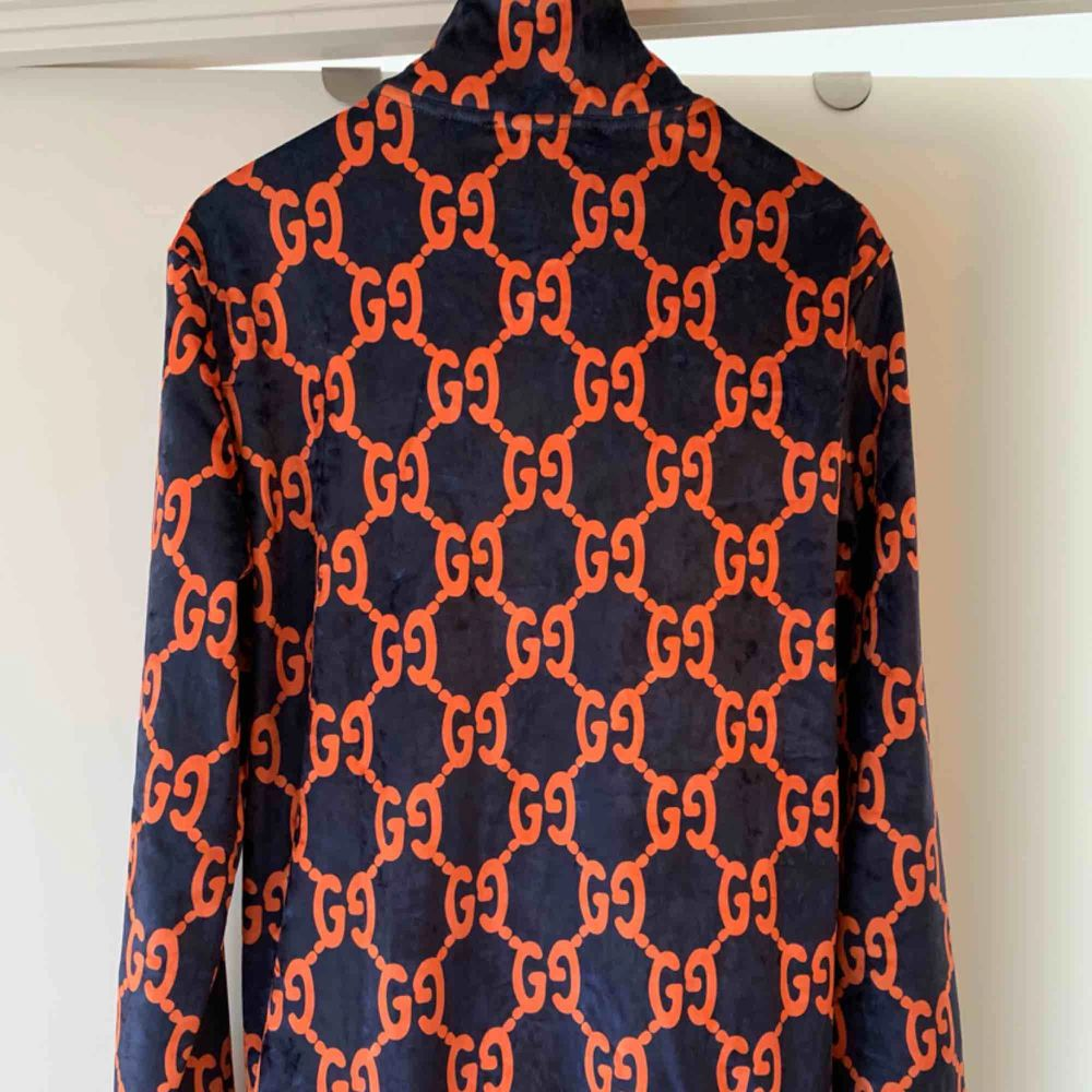 These blue and orange Gucci GG chenille cotton blend sweat , feature an elasticated waistband, an all-over orange GG logo pattern, two side pockets, white and blue web trims at the side and a straight leg complete with white and web cuffs. M. Övrigt.