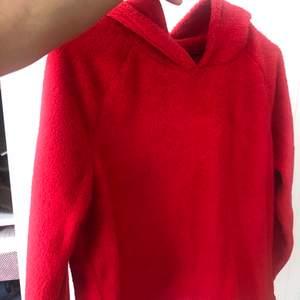 Röd fluffig hoddie i bra kvalle 😊 frakt 36kr