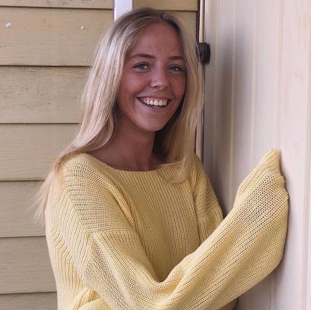 Gul stickad tröja perfekt till hösten!!! Storlek s , frakt ingår. Stickat.