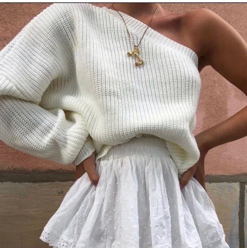 Säljer denna jätte snygga tröjan från by Anastasia, den är använd ca 2 gånger så den är i nyskick☺️                            !! Eftersom så många är intresserade så är det budgivning i kommentarerna, obs varje bud måste höjas med 10 kr och frakten ligger på 63 budgivningen avslutat imorgon kväll 4/9!!!💕💕. Huvtröjor & Träningströjor.