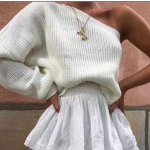 Säljer denna jätte snygga tröjan från by Anastasia, den är använd ca 2 gånger så den är i nyskick☺️                            !! Eftersom så många är intresserade så är det budgivning i kommentarerna, obs varje bud måste höjas med 10 kr och frakten ligger på 63 budgivningen avslutat imorgon kväll 4/9!!!💕💕