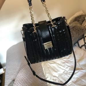 Svart väska från zara i vintage-stil. Gulddetaljer. Avtagbar axelrem. Frakt 77 kr.