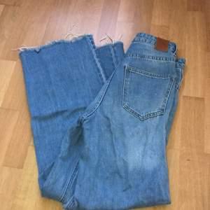 Sparsamt använda jeans från VERO MODA. Säljer pga att de är för korta då jag är 172. Väldigt moderna och i gott skick 😄