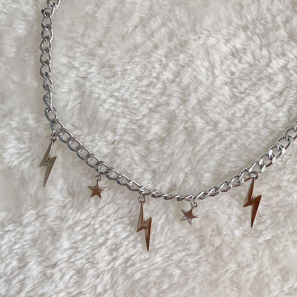 Underbart halsband med blandade berlocker, finns endast i begränsat antal. 129kr inklusive frakt ⚡️🌸. Accessoarer.