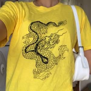 As ball gul t shirt med ett tryck på en drake i strl S från PLT. Aldrig använd & alla lappar kvar, säljer då den inte passade mig! (Säljer även en likadan fast i vit)