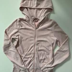 Juicy Couture tröja, ljusrosa, 2000-tal stil, strl M. Köpt för 1100kr