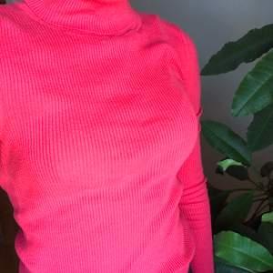 Fin ribbad rosa poloneck tröja från Gap. Strl XS men skulle säga att den passar även S. Använd men inte på väldigt länge och skulle behöva komma till ett nytt hem! 90kr , pris går att diskuteras 🥰
