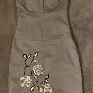 Säljer denna gråa klänning som passar storlek XS.