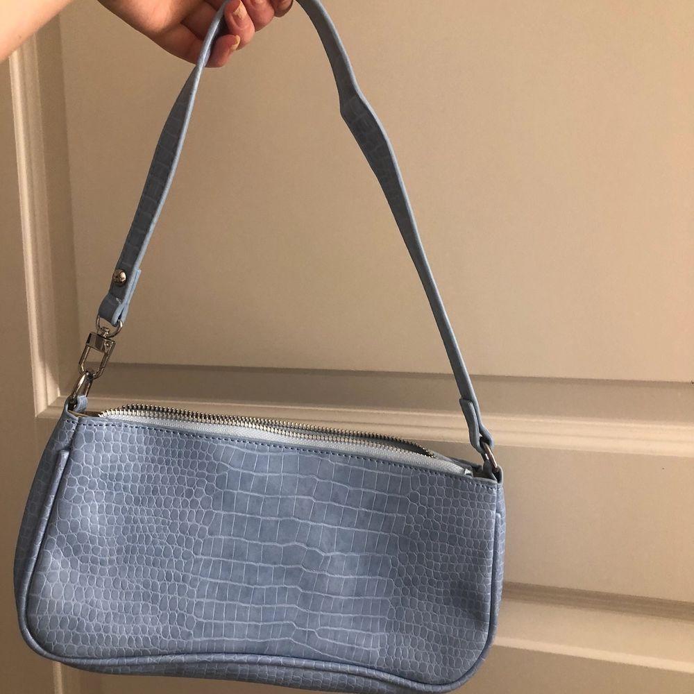 Helt ny och oanvänd väska, säljer då den aldrig kommit till användning. Köp direkt för 120kr . Väskor.