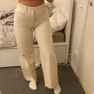 Wide leg jeans, beställda från ASOS. Använda endast en gång. W28L32 passar mig som brukar ha S/36. Jag är 163 lång och jeansen går precis över hälarna på mig😇 Jeansen är gräddvita/ljus beige