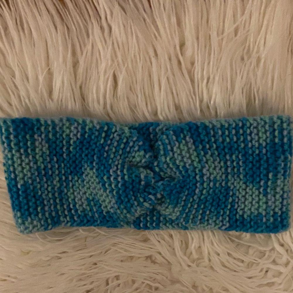 Säljer handgjorda pulsvärmare och pannband som min mamma stickar/virkar. Stickat.
