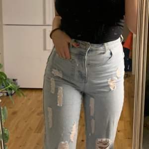 fräcka jeans med roligt placerade fickor! nya! använda en gång 💕 säljer dem då jag har för många jeans , frakten är inkluderad 💕