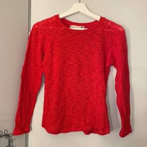 En röd stickad tröja från alger 157. Storlek S så passar även XS🤍